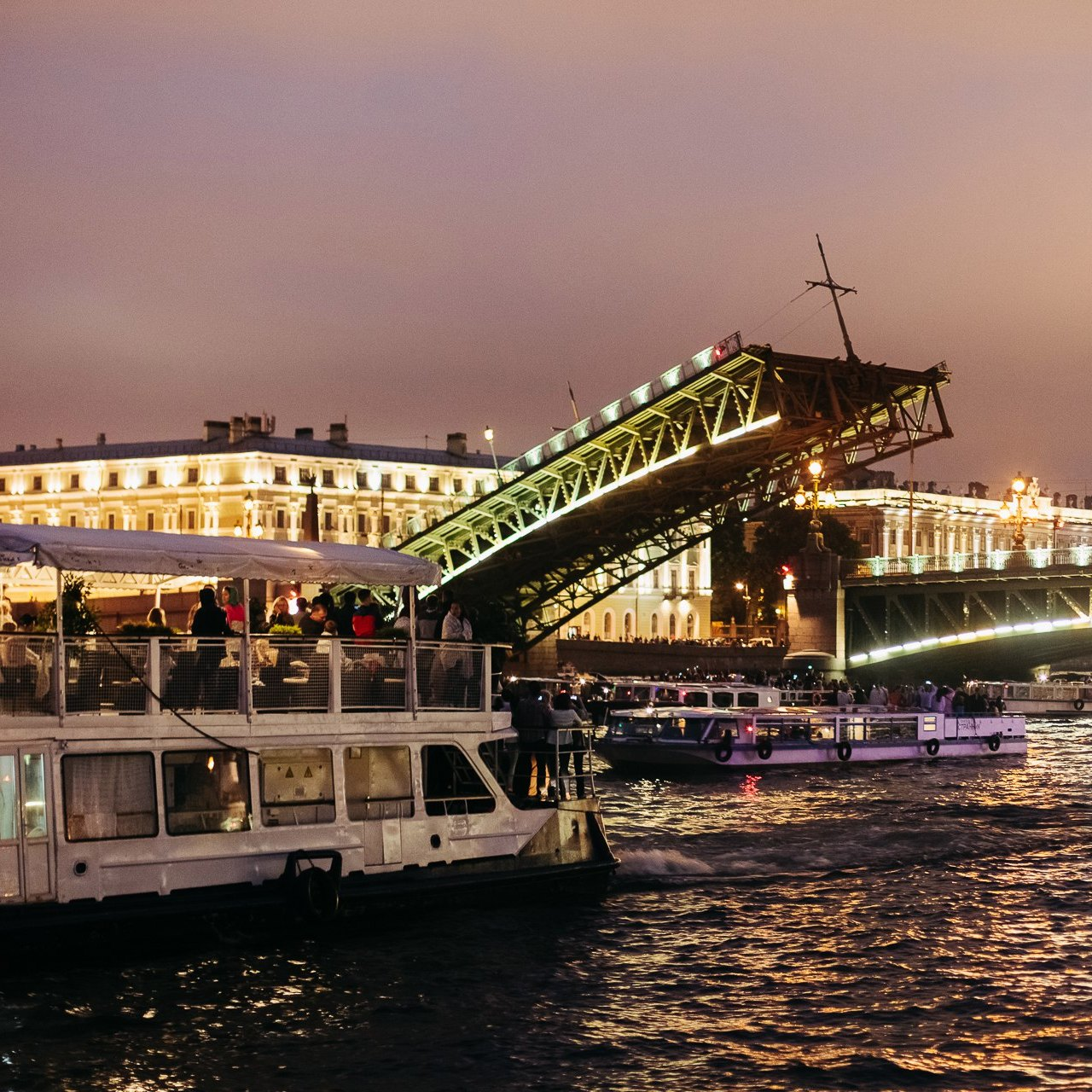 Вечерние и ночные музыкальные рейсы под разводными мостами со скидкой до 58%