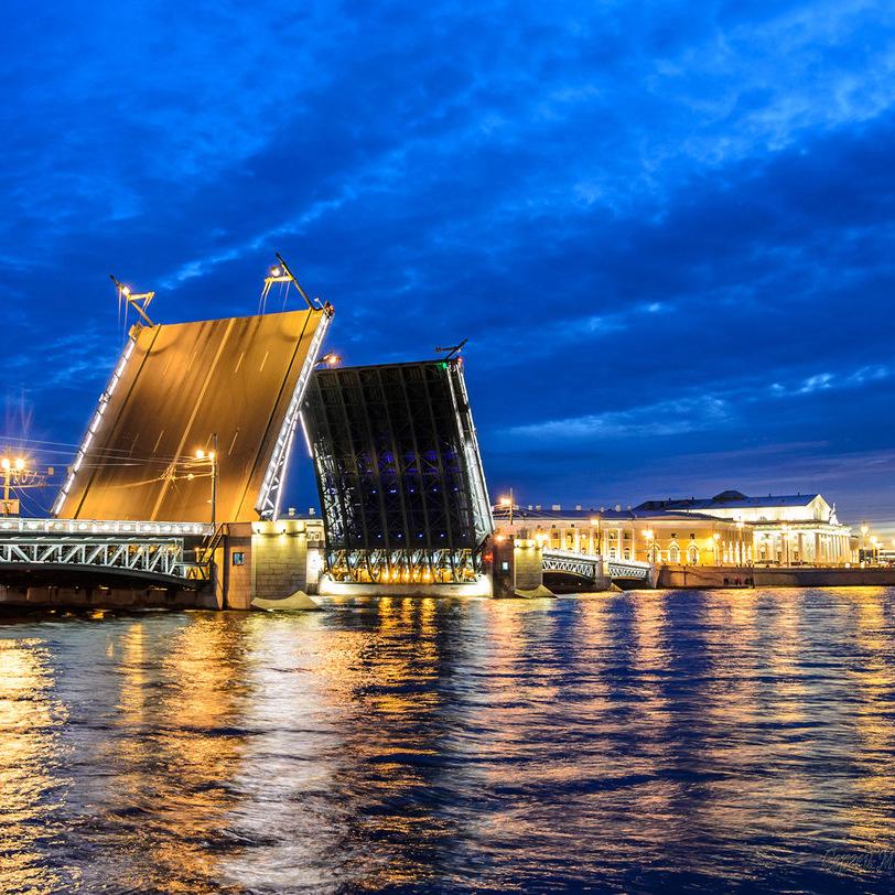 Ночная прогулка по Неве под разводными мостами с живой музыкой со скидкой 50%