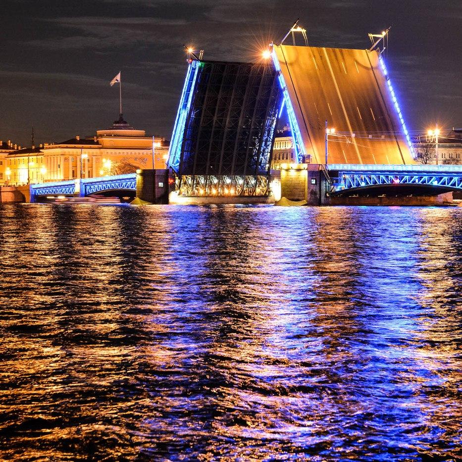 Романтический круиз под разводными мостами Golden Sax со скидкой 22%