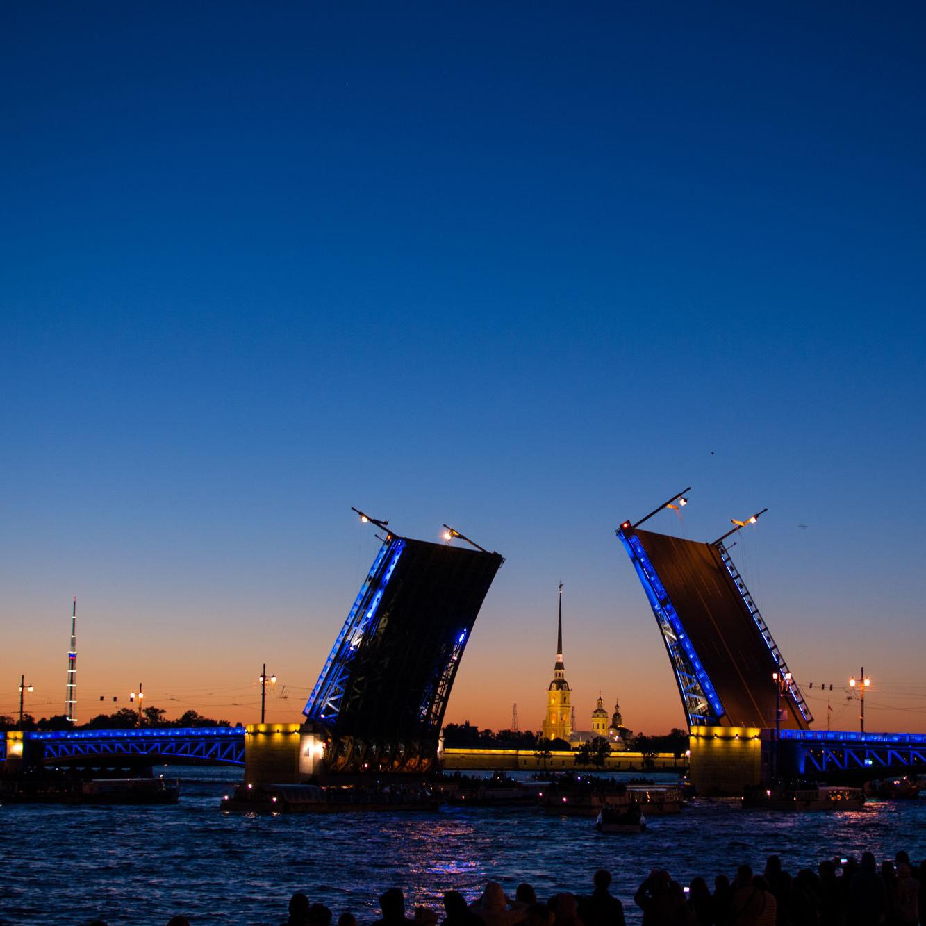 Ночные прогулки на теплоходе от Петропавловской крепости со скидкой 52%